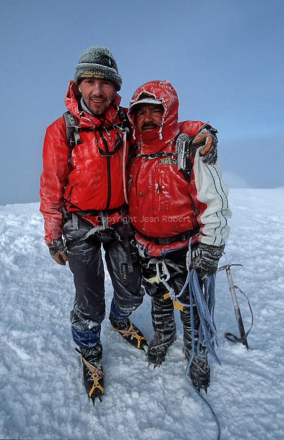 """Amérique du Sud. Equateur. Trekking sur les volcans d'Equateur. Jean Marc et le guide """"el Orso"""" (l'ours) au sommet du Cotopaxi (5897 m), plus haut volcan actif de la planète.South America. Ecuador. Trekking on the volcanoes"""