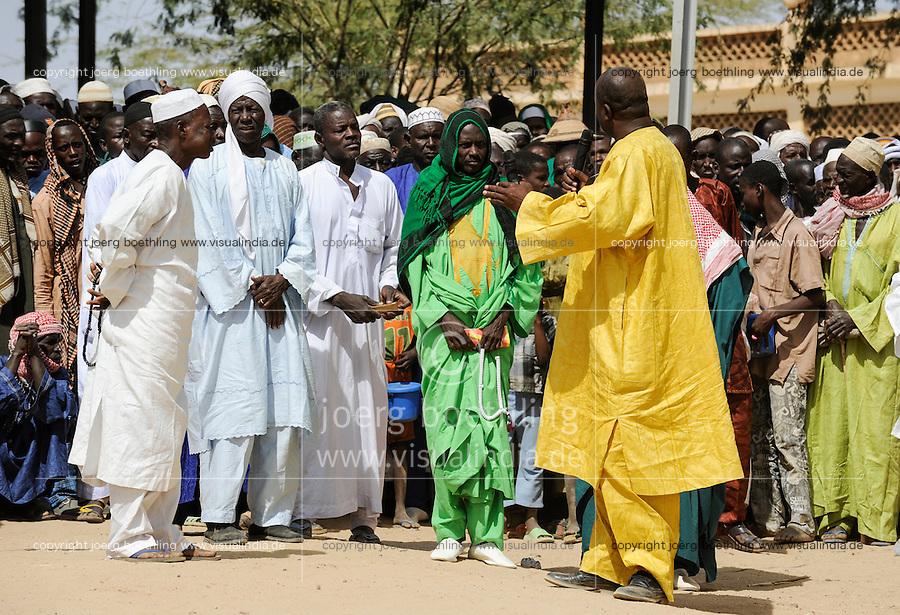 BURKINA FASO Dori, dialogue Christianity and Islam, appointment of new Imam of Grand Mosque, men wearing Boubou / BURKINA FASO Dori,  Islam,  Ernennung eines neuen Imam der grossen Moschee