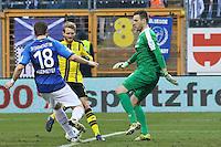Torwart Michael Esser (SV Darmstadt 98) und Peter Niemeyer (SV Darmstadt 98) gegen Andre Schürrle (Borussia Dortmund)- 11.02.2017: SV Darmstadt 98 vs. Borussia Dortmund, Johnny Heimes Stadion am Boellenfalltor