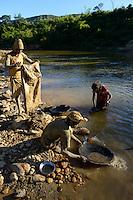 MADAGASCAR, region Manajary, town Vohilava, small scale gold mining / MADAGASKAR Mananjary, Vohilava, kleingewerblicher Goldabbau, Goldsucher MARIO und SILVESTRE foerdern Steine und Sand aus einem Stollen, die am Fluss nach Gold gewaschen werden