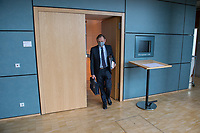 """Konstituierung des 3. Untersuchungsausschusses der 19. Wahlperiode (""""Wirecard"""") am <br /> Donnerstag den 8. Oktober 2020.<br /> Nach dem Zusammenbruch des Finanzunternehmens Wirecard hatten die Mitglieder des Deutschen Bundestag die Einsetzung des Wirecard-Untersuchungsausschuss beschlossen. Bundestagspraesident Wolfgang Schaeuble eroeffnete die konstituierende Sitzung.<br /> Im Bild: Kay Gottschalk, Abgeordneter der rechtsnationalistischen Partei """"Alternative fuer Deutschland"""" vor Beginn der Ausschusssitzung. Gottschalk wurde mit 4 Gegenstimmen von den Ausschussmitgliedern zum Vorsitzenden gewaehlt.<br /> 8.10.2020, Berlin<br /> Copyright: Christian-Ditsch.de"""