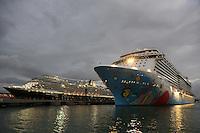 Niew Amsterdam und Norwegian Breakaway im Hafen von San Juan am Abend
