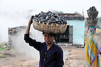 INDIA Jharkhand Dhanbad Jharia, children collect coal from coalfield to sell as coke on the market for the livelihood of her family, 11 years old girl Suman / INDIEN Jharia, Kinder sammeln Kohle am Rande eines Kohletagebaus zum Verkauf als Koks auf dem Markt , Maedchen Suman 11 Jahre traegt Kohle zum Verkauf
