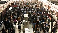 SÃO PAULO, SP, 02.03.2021:  Movimentação CPTM SP - Em meio aumento de casos e internações pela Covid -19 , passageiros se aglomeram na Estação da Luz da CPTM na região central da cidade de São Paulo na manhã desta terça-feira  (02).