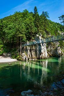 Oesterreich, Tirol, im Kaiserwinkl, bei Koessen: die Entenlochklammhaengebrueke fuehrt über die Grossache (auf deutscher Seite Tiroler Achen genannt). Nahe der Grenze zu Bayern (Chiemgau) durchbricht der Fluss die Chiemgauer Alpen, hier fuehrt auch ein alter Schmugglerpfad nach Schleching   Austria, Tyrol, region Kaiserwinkl, near Koessen: Entenlochklamm suspension bridge leading across river Grossache (in Bavaria called Tyrolean Achen). Close to the Bavarian border (Chiemgau) the river breaks through the Chiemgau Alps, an old secret smuggler's path leads to Schleching in Bavaria