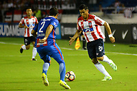 BARRANQUIILLA - COLOMBIA, 19-09-2017: Teofilo Gutierrez (Der) del Atlético Junior de Colombia disputa el balón con Raul Caceres (Izq) jugador de Cerro Porteño de Paraguay durante partido de vuelta por los octavos de final, llave 5, de la Copa CONMEBOL Sudamericana 2017  jugado en el estadio Metropolitano Roberto Meléndez de la ciudad de Barranquilla. / Teofilo Gutierrez (R) player of Atlético Junior of Colombia struggles the ball with Raul Caceres  (L) player of Cerro Porteño of Paraguay during second leg match for the eight finals, key 5, of the Copa CONMEBOL Sudamericana 2017played at Metropolitano Roberto Melendez stadium in Barranquilla city.  Photo: VizzorImage/ Alfonso Cervantes / Cont