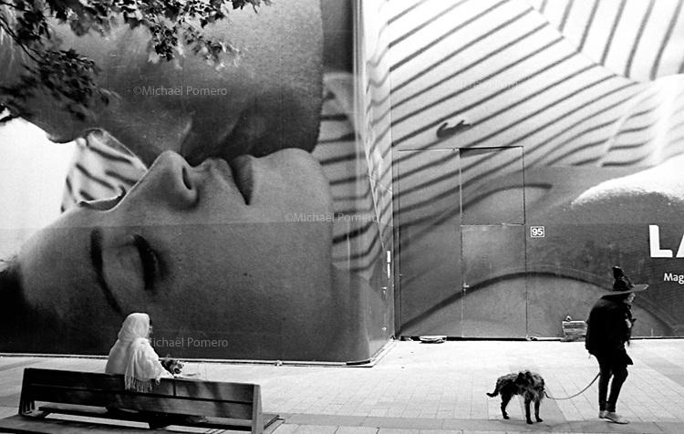04.2003 <br /> <br /> A woman walking barefoot alone in champs elysées with her dog looking the another dog.<br /> <br /> Femme marchant pieds nus seule sur les champs élysées avec son chien regardant un autre chien.