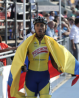 OOSTENDE – BELGICA – 23-08-2013: Juan Camilo Perez, patinador de Colombia medalla de oro celebra con la bandera de Colombia durante la prueba de los 300 metros contra reloj individual juvenil varones en el patinodromo Mundialista Track en Oostende,  Belgica, agosto 23 de 2013. (Foto: VizzorImage / Luis Ramirez / Staff).  Juan Camilo Perez,celebrates with the Colombian flag the Colombia gold medal  during testing of the 300 meters individual time trial young men´s  in the Mundialist Track in Oostende, Belgium, August 23, 2013. (Photo: VizzorImage / Luis Ramirez / Staff).