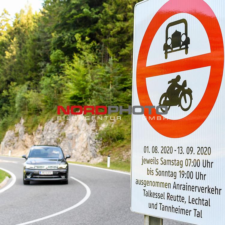 30.07.2020, Vils, Bezirk Reutte, AUT, Regionales Fahrverbot in Tirol, die Landesregierung in Tirol führt ab 1.08.2020 im Bezirk Reutte vorübergehend wieder ein regionales Wochenend-Fahrverbot ein. Dieses gilt bis einschließlich 13.09.2020 an Ausweichrouten entlang der B179 (Fernpassroute)<br /> im Bild Verbotsschild an der Abfahrt Vils<br /> <br /> Foto © nordphoto / Hafner