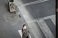 Ragazza con mascherina telefona al cellulare  (vista dall'alto)