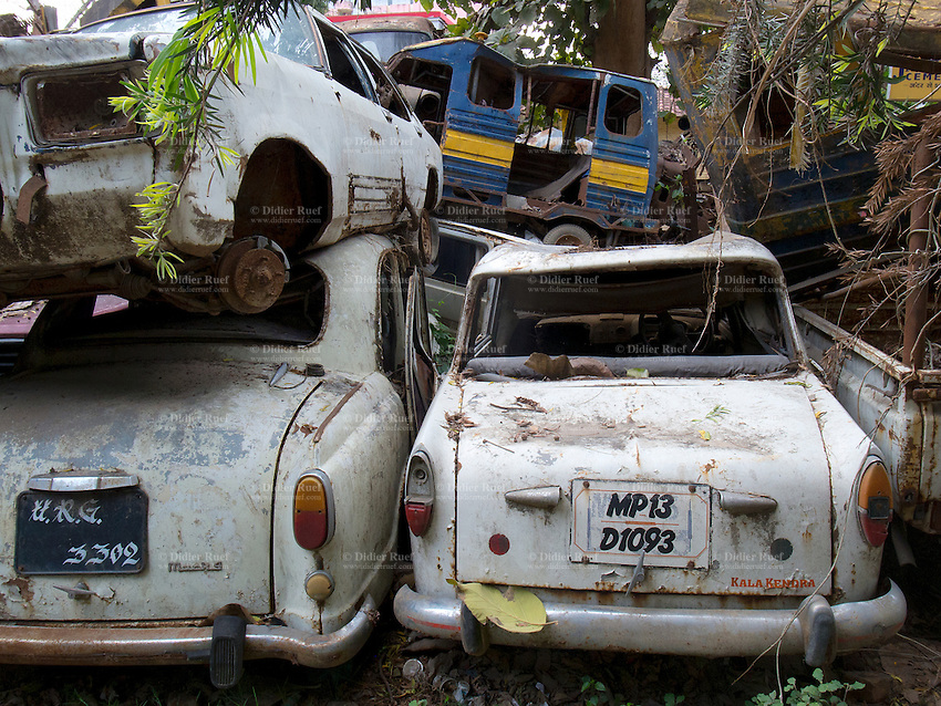 India. Uttar Pradesh state. Allahabad. Scrapyard with old derelict cars. Uttar Pradesh (abbreviated U.P.) is a state located in northern India. 24.02.13 © 2013 Didier Ruef??