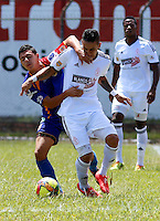 POPAYAN -COLOMBIA-19-07-2014. Cristian Peña (Izq) jugador de Universitario de Popayan disputa un balón con Bryan Urueña (Der) jugador de América de Cali  durante partido por la fecha 1 del Torneo Postobón II 2014 jugado en el estadio Ciro Lopez de la ciudad de Popayan./ Cristian Peña (L) player of Universitario de Popayan fights for the ball with Bryan Urueña (R) player of America de Cali during the match for the first date of Postobon Tournament II 2014 played at Ciro Lopez stadium in Popayan city. Photo: VizzorImage/Juan C. Quintero/STR