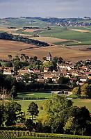 Europe/France/89/Yonne/AOC Chablis: Le village de Chablis depuis les clos