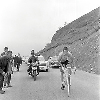 6/7/1962 Tour de France 1962.<br /> Stage 13 - LUCHON to SUPERBAGNERES.<br /> Tom Simpson rides wearing the yellow jersey.<br /> Photo: Offside / L'Equipe. COPYRIGHT WARNING : THIS IMAGE IS RIGHTS MANAGED AND THE COPYRIGHT MAY SIT WITH A THIRD PARTY PLEASE CONTACT simon@swpix.com BEFORE DOWNLOAD AND OR USE