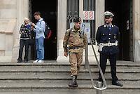 - soldiers and Local Policecontrol teh Cathedral gates....- militari  e Vigili Urbani  controllano gli ingressi del Duomo