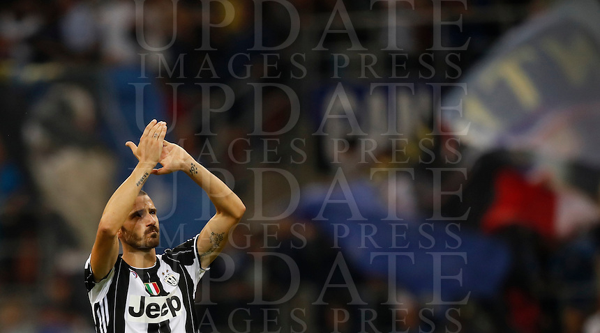 Calcio, Serie A: Inter vs Juventus. Milano, stadio San Siro, 18 settembre 2016.<br /> Juventus' Leonardo Bonucci greets fans at the end of the Italian Serie A football match between FC Inter and Juventus at Milan's San Siro stadium, 18 September 2016. Inter won 2-1.<br /> UPDATE IMAGES PRESS/Isabella Bonotto