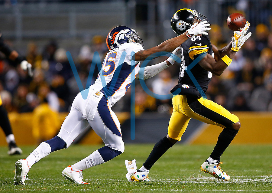 Antonio Brown #84 of the Pittsburgh Steelers catches a pass after bobbling it in front of Chris Harris #25 of the Denver Broncos in the second half during the game at Heinz Field on December 20, 2015 in Pittsburgh, Pennsylvania. (Photo by Jared Wickerham/DKPittsburghSports)