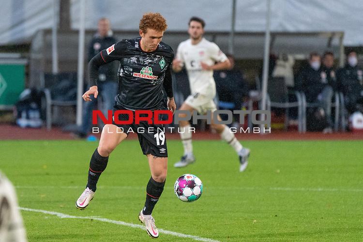 07.10.2020, wohninvest Weserstadion Platz 11, Bremen, GER, FSP SV WERDER BREMEN  vs 1. FC St. Pauli<br /> <br /> im Bild / picture shows <br /> <br /> Joshua Sargent (Werder Bremen #19)<br /> Einzelaktion, Ganzkörper / Ganzkoerper <br />  ,Ball am Fuss, <br /> Querformat<br /> <br /> Foto © nordphoto / Kokenge