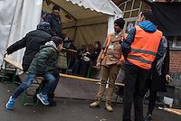 Fluechtlinge warten auf dem Gelaende des Landesamt fuer Soziales (LaGeSo) bei Fluechtlingsunterstuetzern der Initiative Moabit Hilft auf Kleidung.<br /> 27.1.2016, Berlin<br /> Copyright: Christian-Ditsch.de<br /> [Inhaltsveraendernde Manipulation des Fotos nur nach ausdruecklicher Genehmigung des Fotografen. Vereinbarungen ueber Abtretung von Persoenlichkeitsrechten/Model Release der abgebildeten Person/Personen liegen nicht vor. NO MODEL RELEASE! Nur fuer Redaktionelle Zwecke. Don't publish without copyright Christian-Ditsch.de, Veroeffentlichung nur mit Fotografennennung, sowie gegen Honorar, MwSt. und Beleg. Konto: I N G - D i B a, IBAN DE58500105175400192269, BIC INGDDEFFXXX, Kontakt: post@christian-ditsch.de<br /> Bei der Bearbeitung der Dateiinformationen darf die Urheberkennzeichnung in den EXIF- und  IPTC-Daten nicht entfernt werden, diese sind in digitalen Medien nach §95c UrhG rechtlich geschuetzt. Der Urhebervermerk wird gemaess §13 UrhG verlangt.]