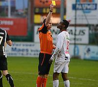 FC Gullegem - Racing Gent Zeehaven : scheidsrechter Jonathan Hourez (links) geeft Andre Ntambue (r) de gele kaart voor een shwalbe  <br /> Foto VDB / Bart Vandenbroucke