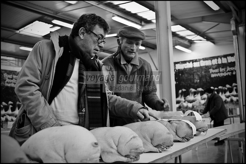 Europe/France/Midi-Pyrénées/82/Tarn-et-Garonne/Castelsarrasin: Le Chef Christian Constant sur le marché au gras [Non destiné à un usage publicitaire - Not intended for an advertising use]