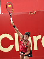 BOGOTA - COLOMBIA - 14-04-2016: Lourdes Dominguez de Spain, sirve a Sachi Vickery de Estados Unidos, durante partido por el Claro Colsanitas WTA, que se realiza en el Club El Rancho de Bogota. / Lourdes Dominguez from Spain, serves to Sachi Vickery of Estados Unidos, during a match for the WTA Claro Colsanitas, which takes place at Club El Rancho de Bogota. Photo: VizzorImage / Luis Ramirez / Staff.