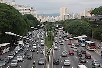 SAO PAULO, SP, 14 DE DEZEMBRO DE 2011 - TRANSITO - TRANSITO/ ENGARRAFAMENTO - Transito complicado na tarde desta quarta-feira (14) na Av. 23 de Maio proximo a estação Paraiso do Metrô para quem segue sentido a região da Paulista.(FOTOS: AMAURI NEHN/NEWS FREE)