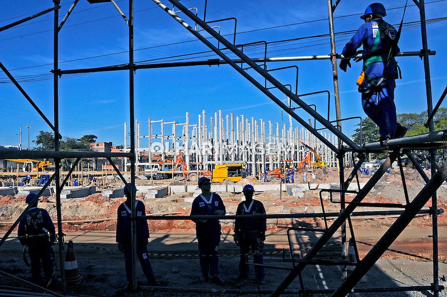 Construção de prédio residêncial em Manguinhos. Programa de Aceleração do Crescimento, PAC. Rio de Janeiro. 2009. Foto de Rogério Reis.