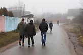 Die Schüler auf ihrem Heimweg.<br /> Nichtstaatliche Schule in Belarus in der Nähe von Minsk, deren Schüler und Lehrer lange Wege und Überwachung in Kauf nehmen. / Pupils on their home. Privat school in Belarus near Minsk.