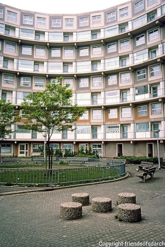 Rotterdam: De Peperklip. The ends are of nine storeys. Courtyard. Photo '87.