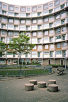 Rotterdam: De Peperklip. The ends are of nine storeys. Courtyard. Photo '87.