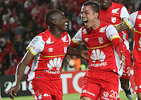 BOGOTA-COLOMBIA-20- MAYO-2015. Dairon Mosquera (Izq) Jugador del Independiente Santa Fe de Colombia celebra un gol anotado a Internacional de Porto Alegre de Brasil   durante partido de ida  por los cuartos  de final  de la Copa Bridgestone Libertadores 2015 jugado en el estadio Nemesio Camacho El Campin de la ciudad de Bogotá. / Dairon Mosquera  Player of Independiente Santa Fe of Colombia celebrates a goal scored to Internacional de Porto Alegre de La Plata of Brazil  during the match for the first leg of the quarterfinals  of the Copa Bridgestone Libertadores 2015 played at Nemesio Camacho El Campin stadium in Bogota city. Photo: VizzorImage / Felipe Caicedo / Staff