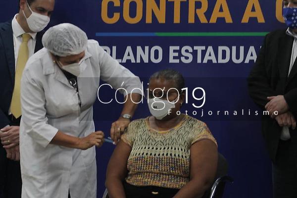 Imagem de Perpétua do Socorro Barbosa, 52 anos, nesta segunda (18) A primeira pernambucana a receber a vacina contra Covid-19. Perpétua é técnica em enfermagem e trabalha na Unidade de Terapia Intensiva (UTI) do Hospital Universitário Oswaldo Cruz da Universidade de Pernambuco (UPE), localizado no bairro de Santo Amaro área central do Recife.