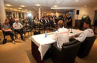 26-04-10, Zoetermeer, SilverDome, Tennis, Persconferentie Davis Cup, Captain Jan Siemerink geeft uitleg, rechts van hem Jesse Huta Galung