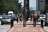SÃO PAULO, SP, 18.03.2020 - TRÂNSITO-SP - Ciclistas Transitam pela Avenida Paulista, em São Paulo, nesta quarta-feira, 18. (Foto Charles Sholl/Brazil Photo Press/Folhapress)