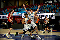 31-03-2021: Basketbal: Donar Groningen v ZZ Feyenoord: Groningen , Donar speler Leon Williams op weg naar de basket. Donar speler Thomas Koenis maakt vrij baan