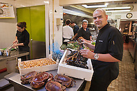Europe/France/Bretagne/56/Morbihan/Saint-Avé: Restaurant Le Pressoir - Vincent David de retour du marché en cuisine [Non destiné à un usage publicitaire - Not intended for an advertising use]