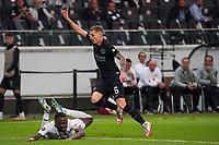Kristijan Jakic (Eintracht Frankfurt) signalisiert Schwalbe von Bright Osayi-Samuel (Fenerbahce Istanbul) - Frankfurt 16.09.2021: Eintracht Frankfurt vs. Fenerbahce Istanbul, Deutsche Bank Park, 1. Spieltag UEFA Europa League