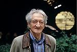 Edoardo Sanguineti fotografato vicino a Genova fine anni novanta