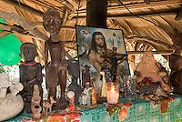 Guatemala, Hausaltar der Garifunas (Caribes) = schwarze Bevölkerung in Amatique Bay am  Golf von Honduras