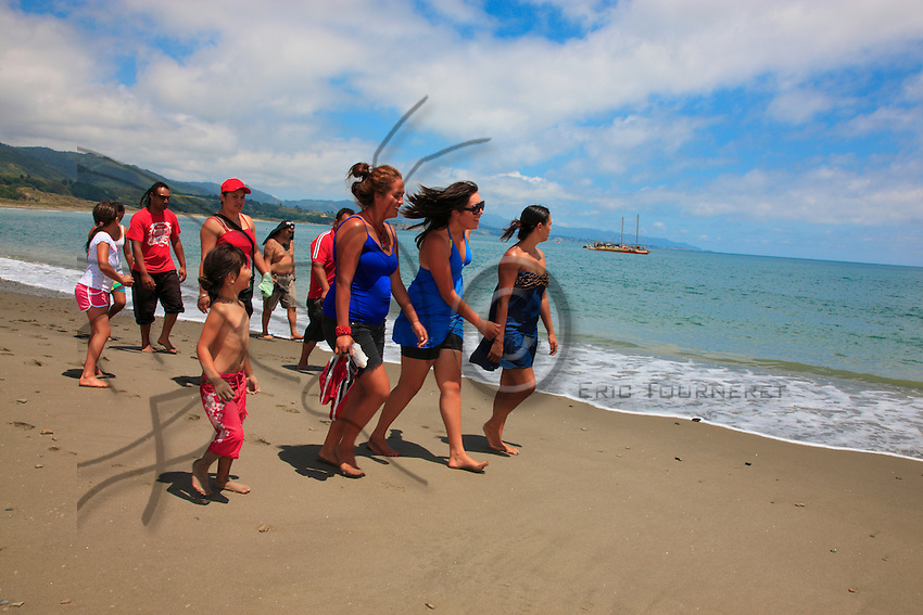 Celebration of the arrival of the canoe Te Aurere Waka on the beach of Whangaparaoa. This immense double pirogue, similar to those of the first people to arrive, was built to prove to the world of the Pakehas that the colonization of New Zealand in the13th - 14th centuries owed nothing to chance. Since 15 years ago, the Maoris' canoes crisscross the Pacific Ocean.