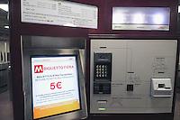 - Milano, collaudo della nuova linea 5 della Metropolitana; macchina automatica per la distribuzione dei biglietti....- Milan, testing of the new Metro line 5; automatic machine for the distribution of tickets