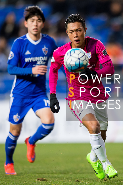 Kitchee Defender Tong Kin Man (R) in action during their AFC Champions League 2017 Playoff Stage match between Ulsan Hyundai FC (KOR) vs Kitchee SC (HKG) at the Ulsan Munsu Football Stadium on 07 February 2017 in Ulsan, South Korea. Photo by Chung Yan Man / Power Sport Images