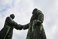 Ungheria, Budapest, Szoborpark, il cimitero delle statue sovietiche Hongrie, le cimetière de statues soviétiques<br /> Hungary, the cemetery of Soviet statues progettato nel 1993 dall'architetto  Eleod Akos junior<br /> <br /> statua dell'amicizia russo-ungherese<br />  memorial<br /> Hungarian-Soviet friendship statue