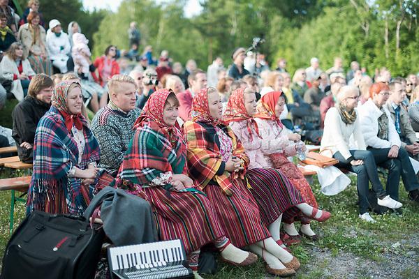 Estland, Zuschauer beim ersten Nargen Gesangs-Festival auf der Insel Naissaar in Estland <br /> <br /> Engl.: Europe, the Baltic, Estonia, Naissaar island, first Naissaar Song Celebration, song festival, culture, visitors, 28 June 2014<br /> <br /> || Sieben herausragende Accapella-Choere aus Estland singen Lieder mit Bezug auf das Meer und geben auch schon einen kleinen Vorgeschmack auf das Repertoire des grossen Saengerfeste in Tallinn, 28.06.2014