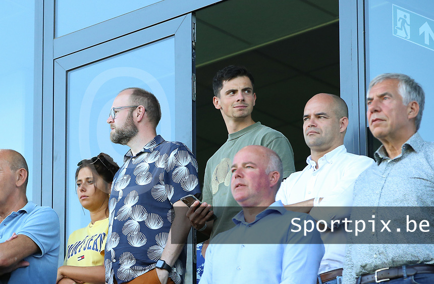 Dante Venzeir (in green at the back) paying his respects to Eddy Timmermans during a female soccer game between Oud Heverlee Leuven and Standard Femina de Liege on the third matchday of the 2021 - 2022 season of Belgian Womens Super League , Sunday 5 th of September 2021  in Leuven , Belgium . PHOTO SPORTPIX.BE | SEVIL OKTEM