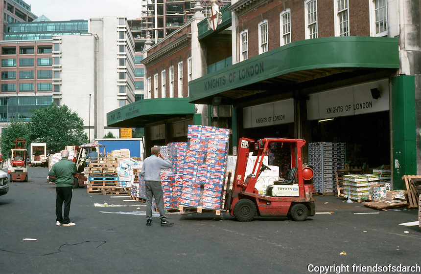 London: Spitalfields Market and Broadgate Development in background. Looking west, a crest. Market granted a royal charter by Charles II.  Photo '90.
