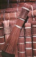 Detalha de vassoura artesanal produzida por Índios Werekena no alto rio Xié, com fibras de piaçaba(Leopoldínia píassaba Wall). A fibra , um dos principais produtos geradores de renda na região é coletada de forma rudimentar. Até hoje é utilizada na fabricação de cordas para embarcações, chapéus, artesanato e principalmente vassouras, que são vendidas em várias regiões do país.<br />Alto rio Xié, fronteira do Brasil com a Venezuela a cerca de 1.000Km oeste de Manaus.<br />06/06/2002.<br />Foto: Paulo Santos/Interfoto Expedição Werekena do Xié<br /> <br /> Os índios Baré e Werekena (ou Warekena) vivem principalmente ao longo do Rio Xié e alto curso do Rio Negro, para onde grande parte deles migrou compulsoriamente em razão do contato com os não-índios, cuja história foi marcada pela violência e a exploração do trabalho extrativista. Oriundos da família lingüística aruak, hoje falam uma língua franca, o nheengatu, difundida pelos carmelitas no período colonial. Integram a área cultural conhecida como Noroeste Amazônico. (ISA)