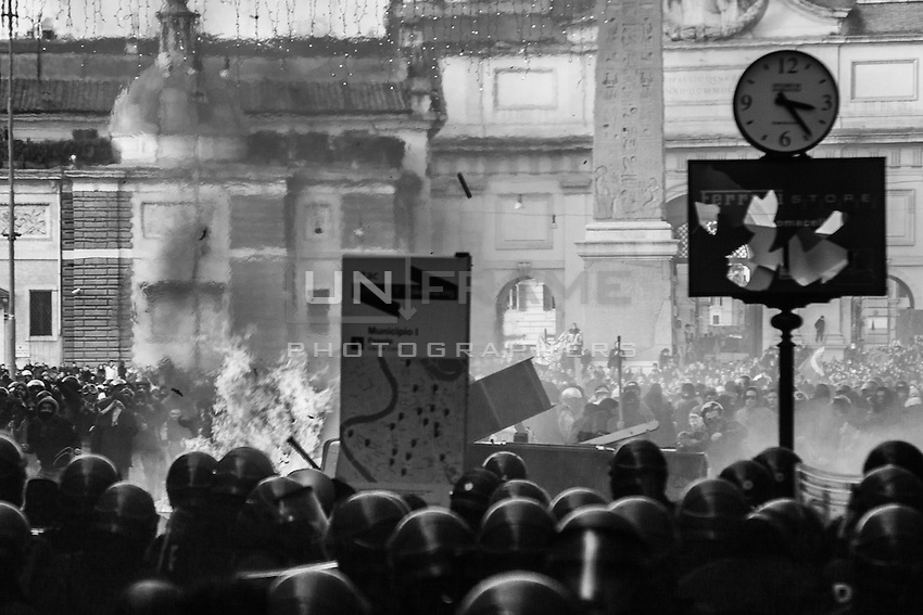 Thousands of rioters in Piazza del Popolo clash with riot police after the Senate and Lower House vote of confidence that resulted in a razor-thin victory for Berlusconi to continue his mandate. Rome, Italy. 14 Dec. 2010