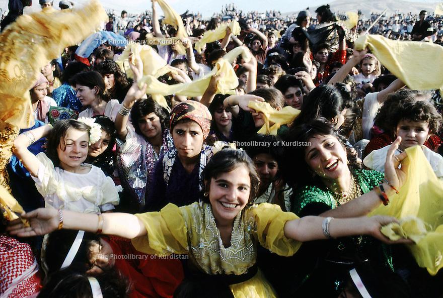 Irak 1991  Petite fille habillée en jaune, couleur du PDK celebrant avec une foule en liesse le 45 eme anniversaire du parti   Iraq 1991  A little girl dressed in yellow, color of KDP party celebrating with the crowd the 45th anniversary of PDK